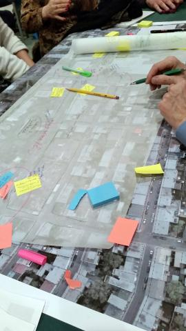 Lors de la consultation du 2 février, les gens étaient invités à travailler en petits groupes et à dessiner carrément sur les photos en ajoutant post-it et notes manuscrites.   Photo :  Pascaline  Lamare