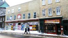 La facade de l'ancienne boucherie Bégin se dégrade à vue d'oeil : l'affichage sauvage fait des ravages, plusieurs vitres sont défoncées et certains pans de la vitrine ne tiennent qu'à un fil.