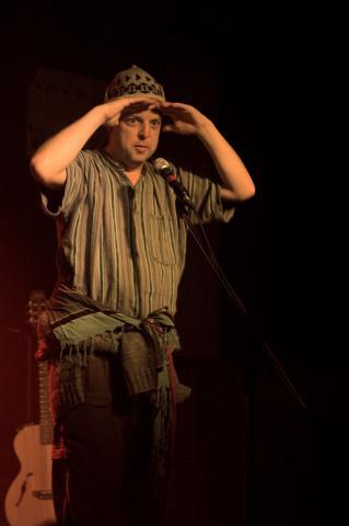 Bernard Grondin en action lors d'un spectacle bénéfice pour le Comité populaire Saint-Jean-Baptiste, le 22 mai 2008. (Cyndi Labonté / Archives L'Infobourg)