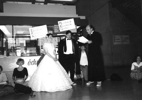 Il y a longtemps que les groupes communautaires souhaitent être reconnus par le gouvernement, ici lors d'une action du RÉPAC en 1993 célébrant le mariage de l'éducation populaire autonome et du ministère de l'Éducation.