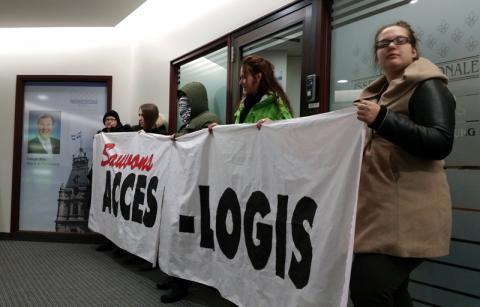 Une quinzaine de militant-e-s ont bloqué le bureau de comté de François Blais ce matin pour sauver AccèsLogis, le programme de développement de logements sociaux