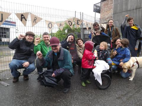 Une équipe de militantes et militants du Comité populaire Saint-Jean-Baptiste installe des banderoles sur la clôture du site de l'ancien garage à jojo dans la côte d'Abraham.
