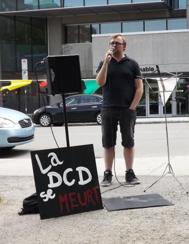 Vania Wright-Larin, coordonnateur du Regroupement d'éducation populaire en action communautaire des régions de Québec et Chaudière-Appalaches (RÉPAC), au rassemblement du 1er juin pour un meilleur financement de la défense collective des droits