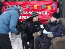Une centaine de militantes et de militants du FRAPRU provenant de Saguenay, Québec, Trois-Rivières, Sherbrooke et Shawinigan ont déménagé devant le bureau de Couillard à St-Félicien le 21 novembre 2014 pour revendiquer haut et fort le droit au logement.