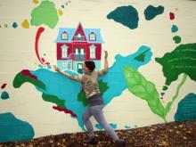 Gaëlle Généreux et la fresque qu'elle a peinte au parc Scott. Photo : Roland Cliche