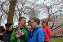 L'historien Jean Provencher, avec la casquette à gauche, aidait Mathieu Houle-Courcelles, du Comité populaire (au centre), et Jean Rousseau, du Comité des citoyens du Vieux-Québec (à droite), qui codirigeaient la marche et l'animaient à tour de rôle. Photo : André Querry